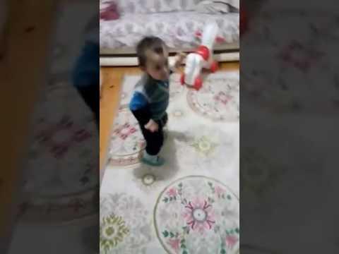 Sevimli bebek Ankara oyun havası oynuyor müthiş