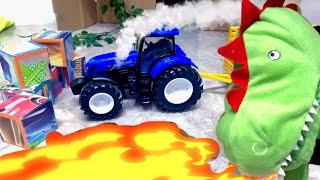 Синий трактор и динозавр. Малыш играет с синим трактором и спасает животных