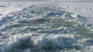 Ледокол колет лёд. (ледокол 'Россия')