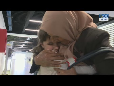 Corridoi Umanitari, arrivati 43 profughi siriani a Fiumicino. Storie di famiglie ricongiunte