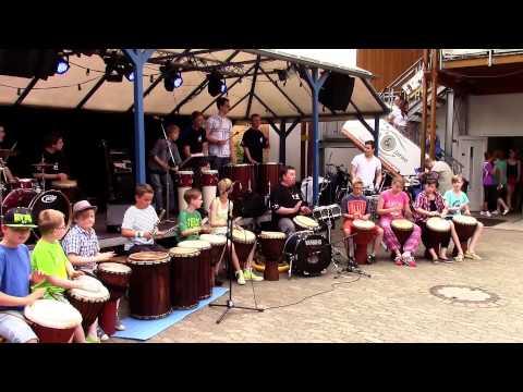 """Uwe Pacewitsch und seine """"African-Drummer-Kids"""""""