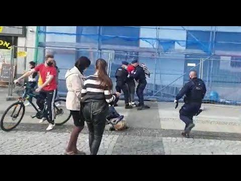 """Policjant rzuca emerytowaną nauczycielką jak """"szmacianą lalką""""."""