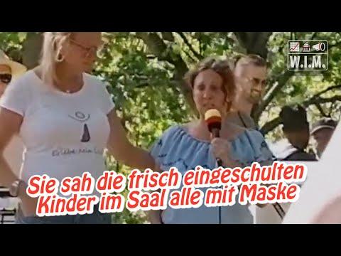 Einschulung. Saal voller kleiner Kinder mit Masken. Verzweifelte Mutter berichtet in Mannheim