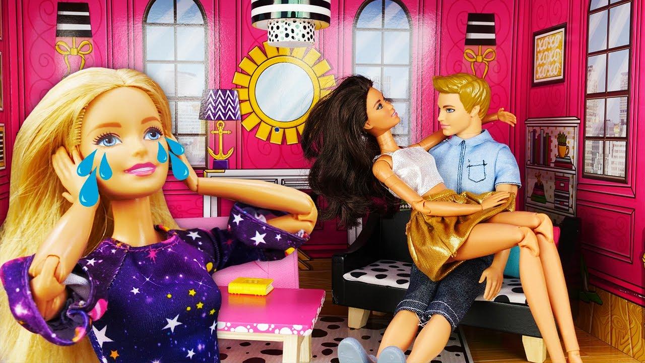 Los vecinos de Barbie no le dejan dormir. Los muñecos Barbie y Ken. Vídeos para niñas