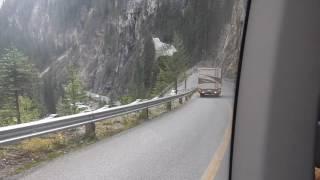 この動画はカナディアンロッキーの山中にあるスイッチバック方式の道路...