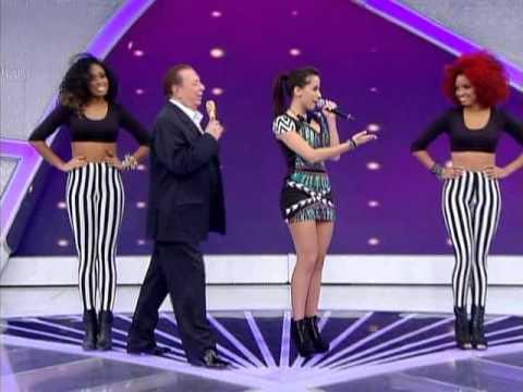 Anitta canta sucessos no palco do programa