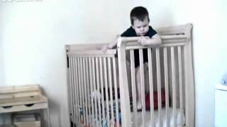 Неудачная попытка малыша вылезти из кроватки