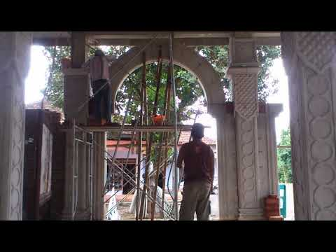 Proses pemasangan balok melengkung pintu masuk masjid biar lebih indah