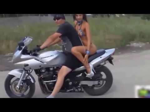 笑える   おもしろ   セクシーな女の子がバイクに乗って