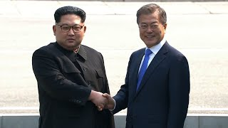 Video North and South Korean leaders shake hands at the border download MP3, 3GP, MP4, WEBM, AVI, FLV September 2018