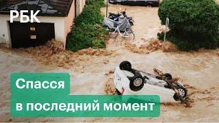 Фото Мотоциклист едва не погиб от мощного потока воды. Видео. Наводнение и оползни на севере Италии