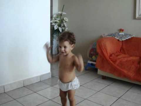 Bebê Linda Dançando A Dança Do Macaco