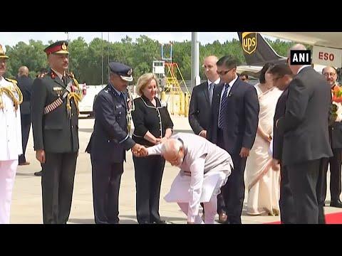 Howdy Modi | PM Modi's humble gesture at Houston airport wins hearts