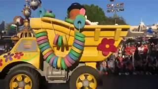 Ly Hai Minh Ha - Các nhân vật phim hoạt hình Disney diễu hành