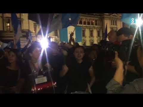 Manifestantes en la plaza