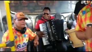 Forró no buzu anima passageiros de ônibus em Feira de Santana