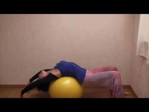 バランスボールで体幹エクササイズ 簡単で気持ち良いストレッチ やり方 コツ