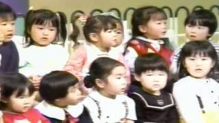 Ottete tsunaide nomichi wo yukeba Minna kawai kotori ni natte Utawo...