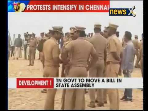 Jallikattu protesters sing national anthem as police try to remove them from Marina Beach