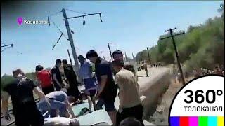 В Казахстане восемь вагонов пассажирского поезда сошли с рельсов
