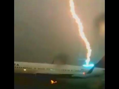 Boeing 737 bị sét đánh đỏ đuôi