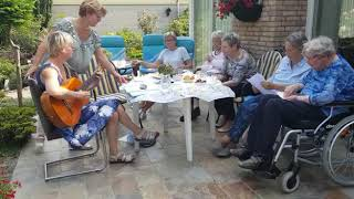 Zingen in de tuin in Apeldoorn