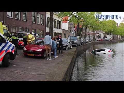 Peperdure Tesla van kade in het water gerold - Korte Haven Schiedam