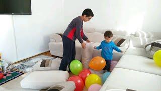 Berat ve abisi yastıklarla kale yapıyor içinede balonları dolduruyorlarmış