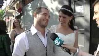 Recién casados, fueron a votar de traje y vestido de novia