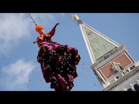 Engelsflug eröffnet Karneval in Venedig