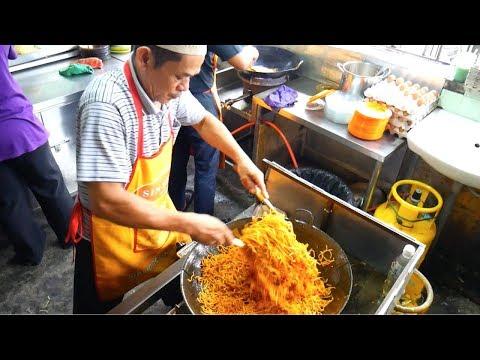 Epic MALAYSIA STREET FOOD BREAKFAST TOUR w/ Luke Martin - MELAKA famous food