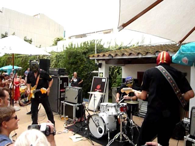 los-straitjackets-batman-stringmaster