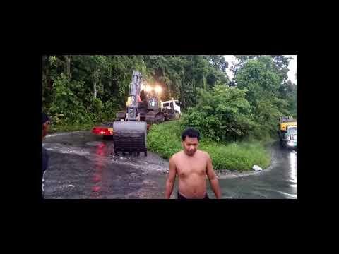 Truk Lobet Pengangkut PC 350 Nyangkut Di Bukit Tengkorak Sulsel