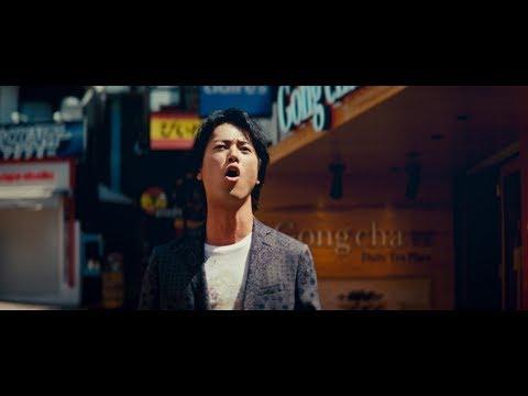 桐谷健太、空を見上げながら歌う 三太郎キャスト「アイーダ」でW杯を応援 『au BLUE CHALLENGE』新CM