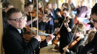 folkBALTICA-Ensemble holt Festival-Hauskünstlerin Keike Faltings mit der Fähre ab