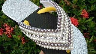 Lindo chinelo customizado em pérolas Costurado no Feltro Por Maguida Silva