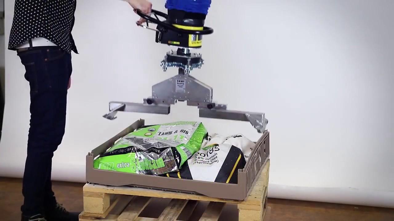 Elevador por cable para manipular contenedores de plástico
