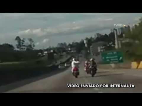 Vídeo mostra bandidos roubando moto na Anchieta, em São Bernardo do Campo