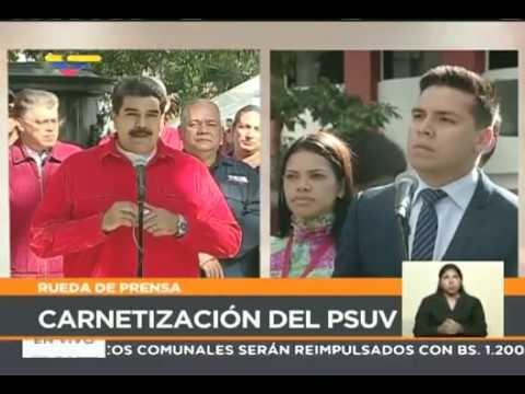 Nicolás Maduro se saca su Carnet del Psuv y da declaraciones a los medios en la Plaza Bolívar