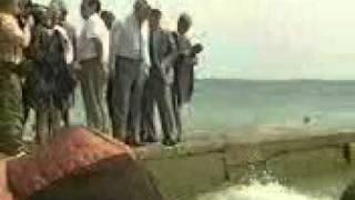 Борис Ельцин сбрасывает в воду незнакомку(, 2010-12-03T20:57:39.000Z)