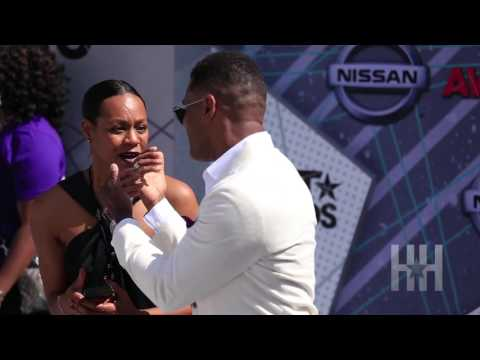 Maxwell Excuses Woman Out His Red Carpet Photograph