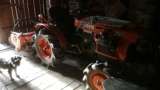Mini traktorek Kubota 7001 w stodole. www.akant-ogrody.pl