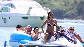Alessandra Ambrosio curte passeio de barco