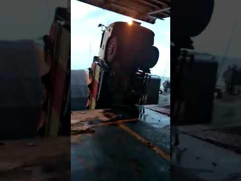 Video: Detik-detik Truk Jatuh ke Laut Saat Akan Naik ke Kapal Feri di Bakauheni
