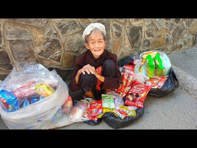 Bà cụ 72 tuổi bán bánh Snack, bim bim đã đồng ý nhận tiền giúp đỡ