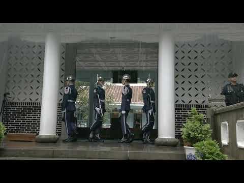 2019 8 21慈湖 空儀雨備交接。再大的雨也澆不息鋼鐵儀粉的熱情。Cihu Mauso leum.Changing of the Guard.
