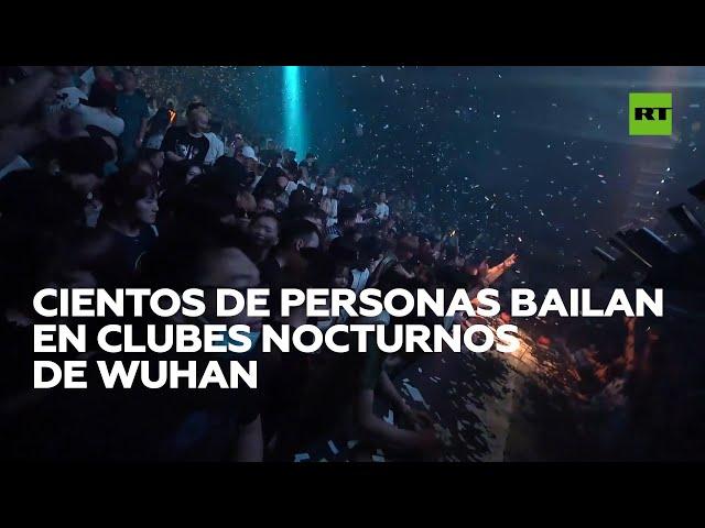 Cientos de personas bailan en clubes nocturnos en Wuhan