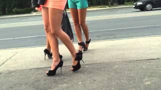 Классные ножки на остановке