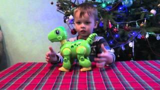 Игрушка интерактивный динозавр на пульте управления(Даник открывает игрушку: интерактивный динозавр на пульте управления. Интерактивный маленький динозавр Dino., 2016-01-28T01:28:01.000Z)