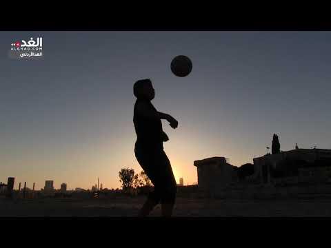 أطفال يلعبون كرة القدم بجانب آثار جبل القلعة  - 16:53-2018 / 9 / 15